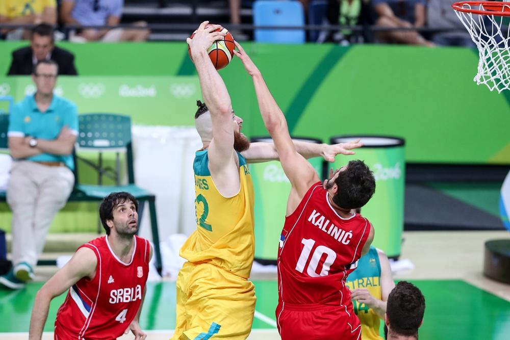 Aron Baynes - Australien - Nikola Kalinic - Serbien - OL 2016 - FIBA.com